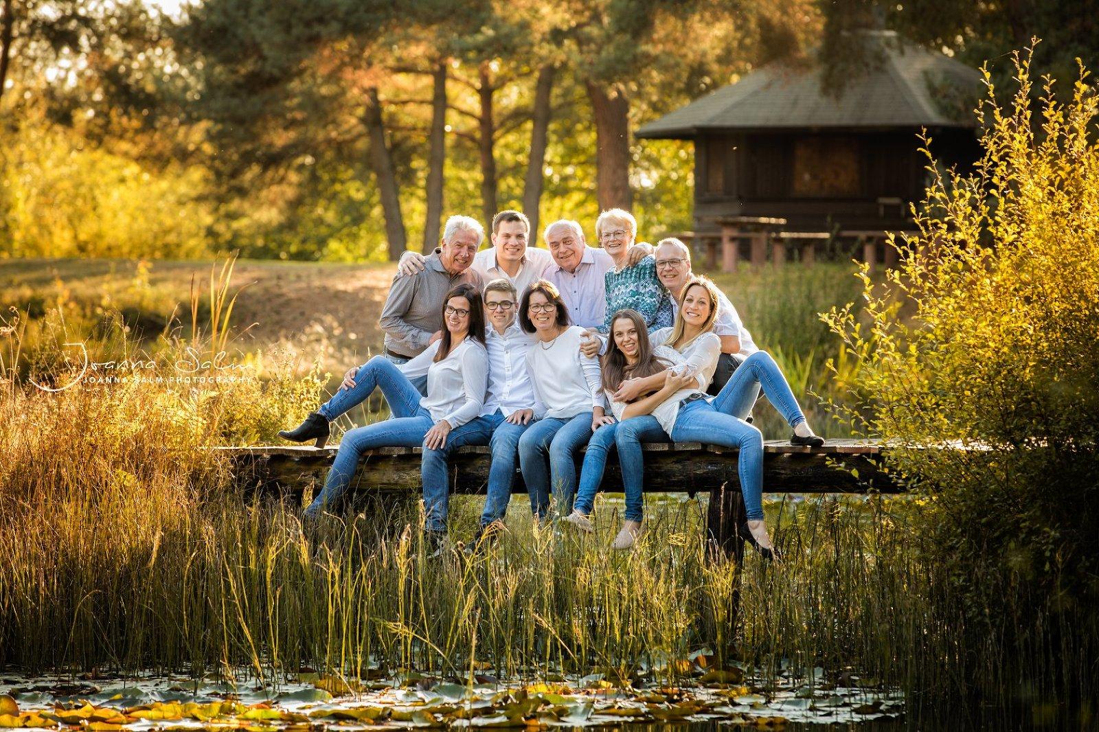 familienbild familienfotograf trier bitburg luxemburg grossfamilie sonnenuntergang steg brücke